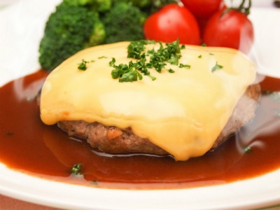 とろけるチーズをのせてチーズハンバーグ